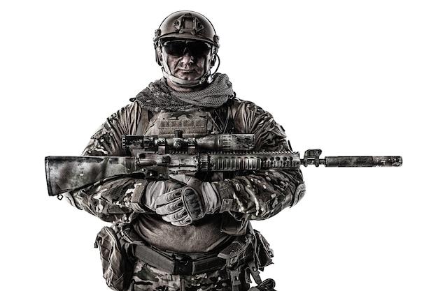 저격 소총, 흰색에 고립 된 초상화와 필드 유니폼에 큰 근육 군인의 절반 길이 자른 초상화