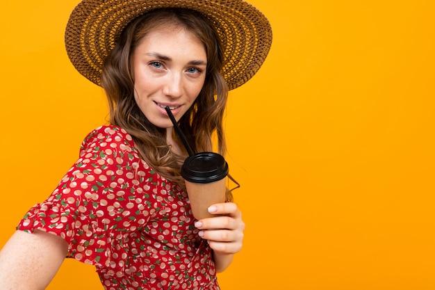 한 잔의 커피와 갈색 머리의 길이 초상화