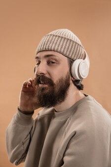 Поясной портрет кавказского человека в очках и шляпе, изолированных на светло-желтой стене. усы и борода. понятие человеческих эмоций, выражения лица, рекламы, моды. копировать пространство