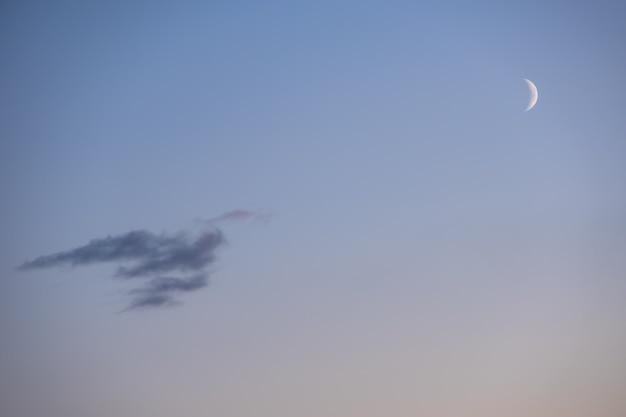 구름, 푸른 시간과 분홍색 하늘에 아침에 반달. 달과 구름이 있는 마법의 저녁 하늘을 꿈꿉니다. 사진을 위한 자연 하늘 배경