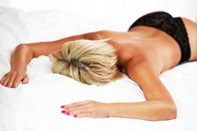 ベッドで半裸の女性