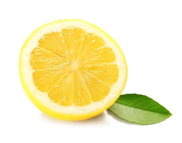 白い背景の上の新鮮なレモンの半分