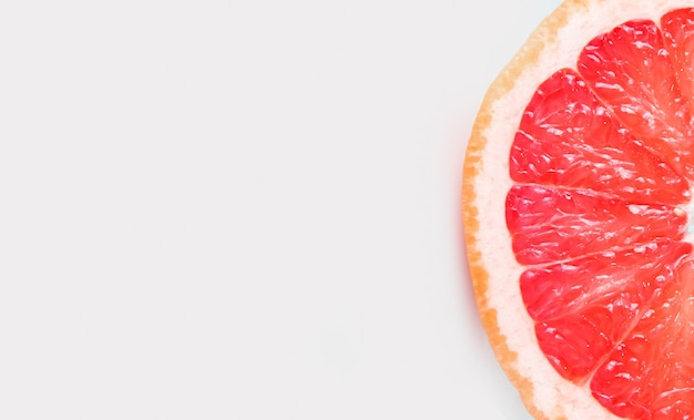 白い背景の上のグレープフルーツの半分