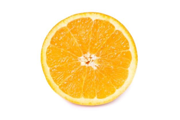Половина сочного свежего апельсина, изолированные на белом фоне