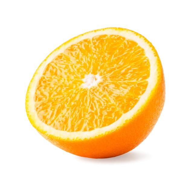 ジューシーなオレンジの半分がクローズアップ、孤立しています。