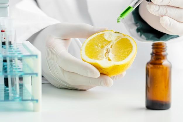 レモンとグリーンの化学物質の半分