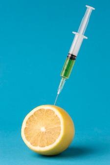 레몬의 절반을 주사기로 주입
