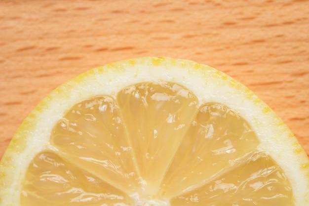 Половина ломтика лимона крупным планом