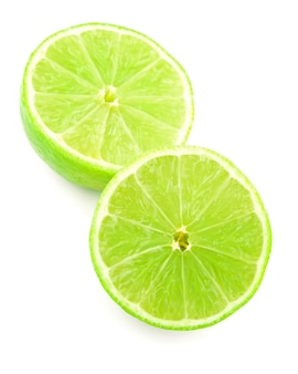 クリッピングパスで白い背景に分離されたライム柑橘系の果物の半分
