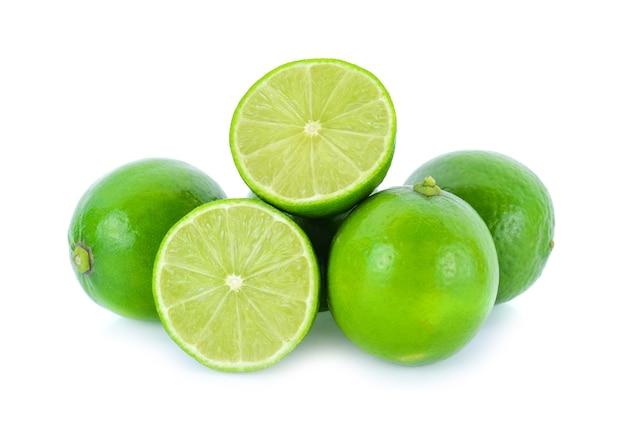 白に分離されたライム柑橘系の果物(ライムカット)の半分。