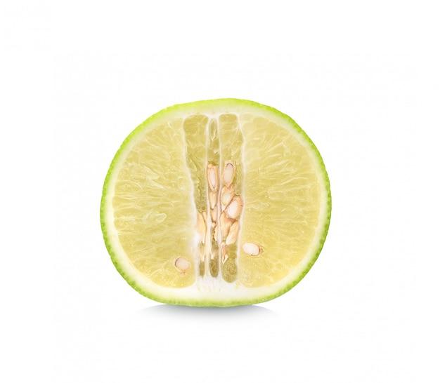 Половина лайма цитрусовых (лайм нарезанный) изолированы.