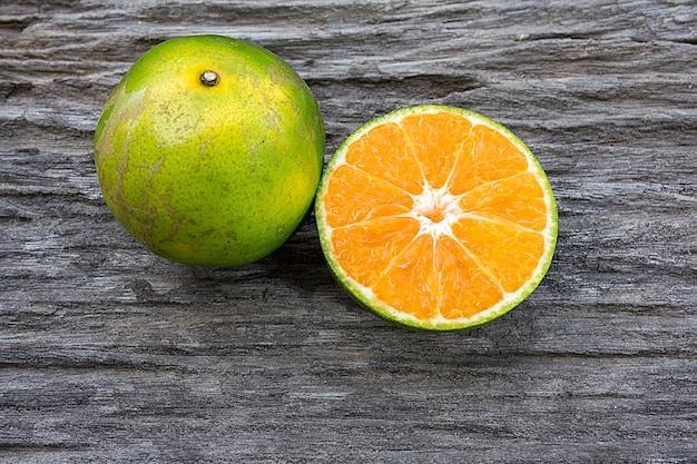 オレンジの半分、木製のテーブルのオレンジ