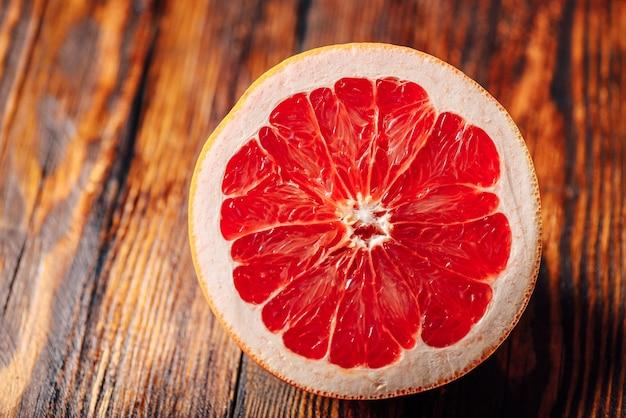 Половина спелого грейпфрута.