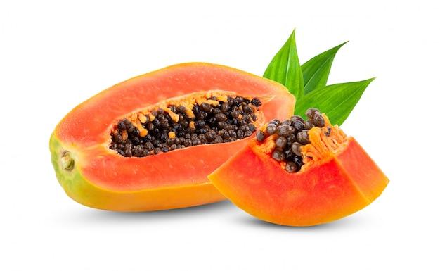 白い壁に種と熟したパパイヤの果実の半分。
