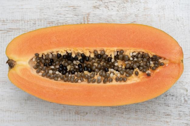 Половина спелых сладких плодов папайи с семенами