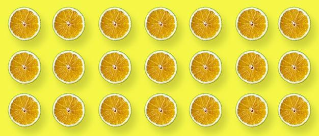 노란색 배경에 오렌지의 절반입니다. 미니멀리즘. 건강한 식생활 개념. 평면 레이어, 상위 뷰입니다.
