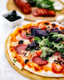 Половина пиццы пепперони с оливково-томатным грибом и зеленью