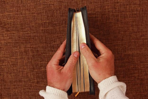 彼の手に半分開いた聖書