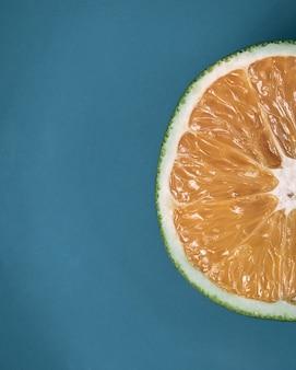 파란색 접시에 반 오렌지