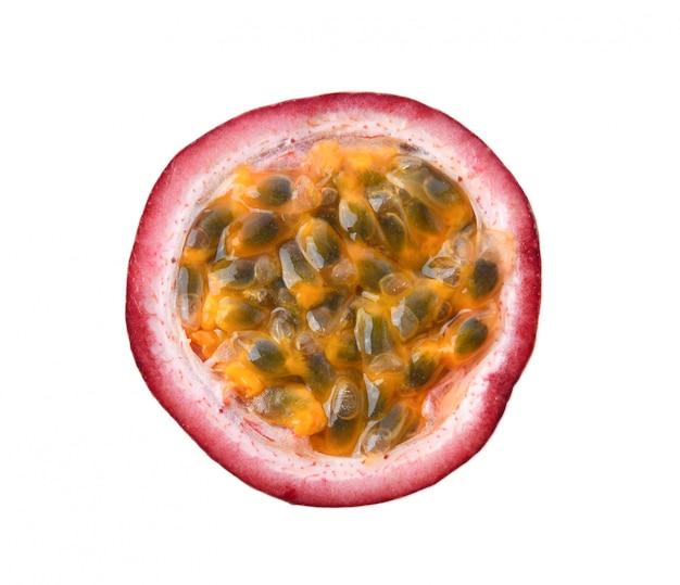 흰색 표면에 고립 된 반 passionfruits