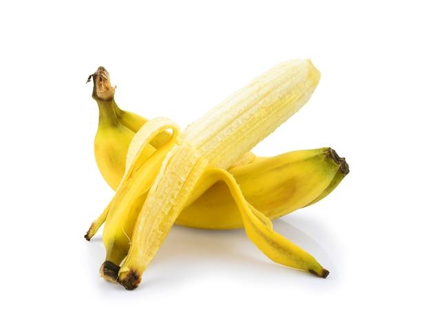 Половина очищенного банана, открытый банан, изолированные на белом фоне