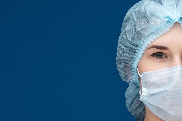 얼굴 마스크와 모자에 의사의 반 초상화.