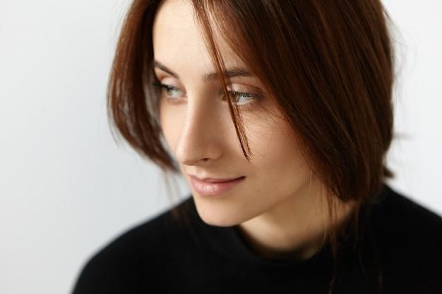 프린지 앞에 그녀의 갈색 머리를 다시 입고 아름다운 백인 여자의 절반 프로필 초상화