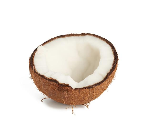 白で隔離される半分熟したココナッツ
