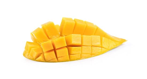 白い背景で隔離の半分熟したマンゴー