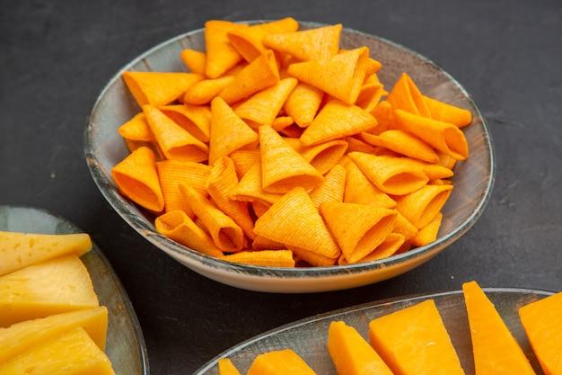 Mezza ripresa di deliziosi snack per feste sul lato sinistro su sfondo scuro
