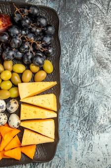 氷の背景の右側にある茶色のトレイで提供されるワインのためのおいしい最高のスナックのハーフショット