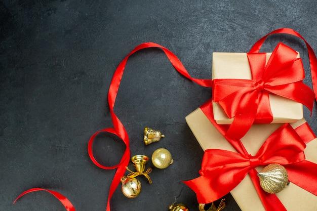 어두운 배경에 빨간 리본 및 장식 액세서리와 함께 선물 상자의 절반 샷