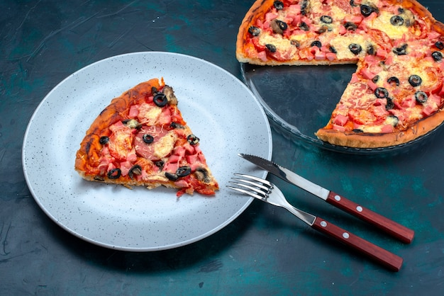 青い机の上にオリーブソーセージとチーズを添えたハーフトップビューの焼きたてのおいしいピザ。