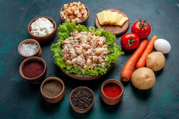 ハーフトップビューチキン野菜サラダマヨネーズサラダ新鮮な野菜と調味料をダークデスクにサラダミール野菜料理カラー写真