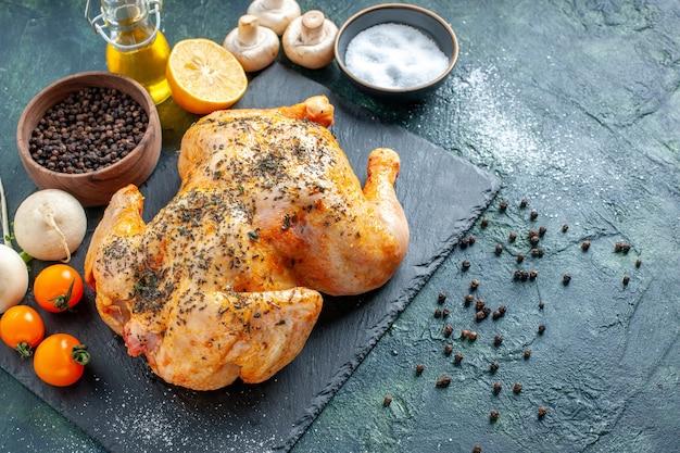 어두운 표면에 양념된 닭고기를 조리한 하프탑 뷰