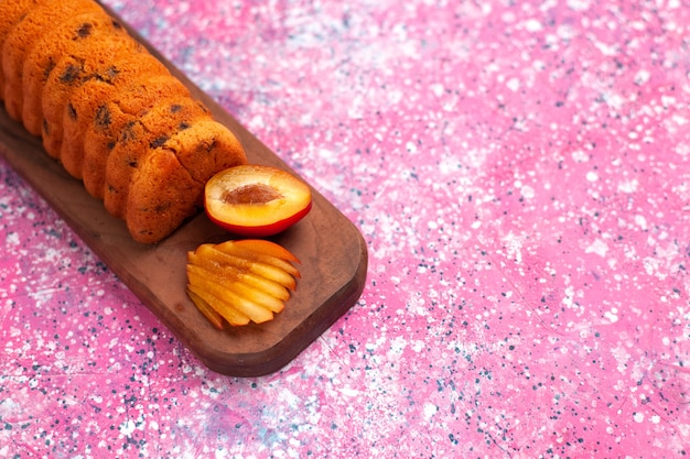 Вкусный сладкий и вкусный торт на розовом столе, вид сверху.