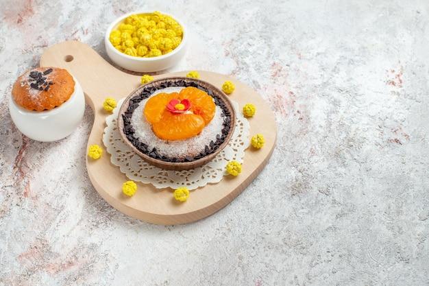 Vista dall'alto delizioso dessert al cioccolato con mandarini a fette su spazio bianco