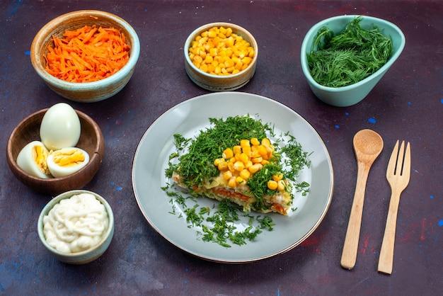 Вкусный салат с майонезом, зеленью, кукурузой и курицей внутри тарелки на темном полу.