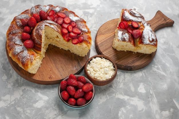 Вид сверху вкусный клубничный пирог, запеченный и вкусный десерт с творогом на белой поверхности