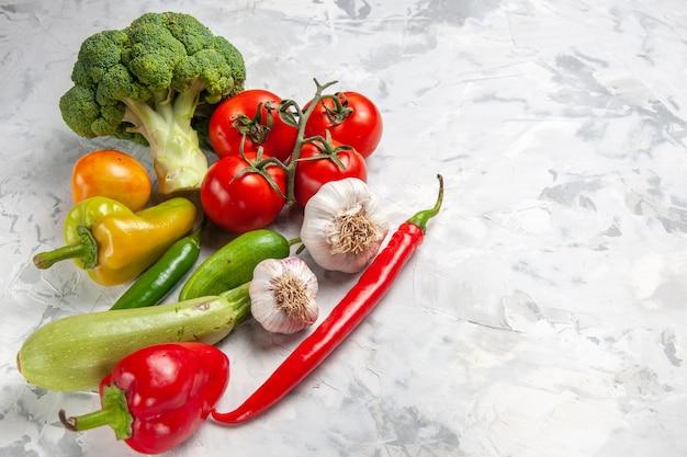 Broccoli freschi di mezza-vista superiore con le verdure sulla dieta di salute matura dell'insalata della tavola bianca