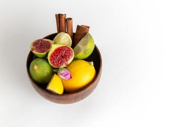 白い表面の茶色の鍋の中の新鮮なイチジクのハーフトップビューフルーツまろやかなseet木植物夏新鮮