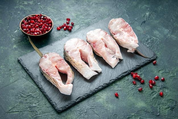 Fette di pesce fresco vista mezzo-superiore su acqua cruda piatto di farina di frutti di mare dell'oceano di carne di superficie scura