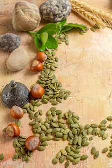 ハーフトップビュー木製デスクナットカラー写真にカボチャの種と新鮮なヘーゼルナッツ