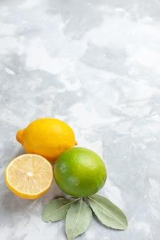 Limoni freschi di vista a metà superiore succosi e aspri sugli agrumi della frutta esotica tropicale della scrivania leggera