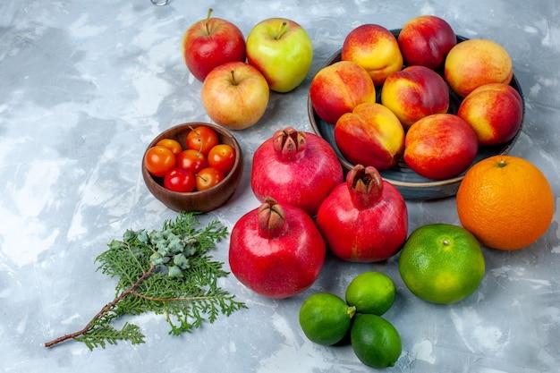 Свежие персики, вкусные летние фрукты с мандаринами и яблоками на светлом белом столе, свежие фрукты, спелое дерево, спелое дерево