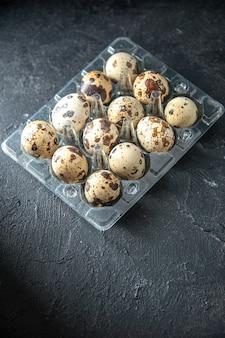 暗い背景のパイ朝食朝のお茶パンミルク鳥動物のハーフトップビュー新鮮なウズラの卵