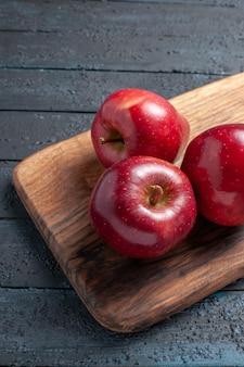 ハーフトップビュー新鮮な赤いリンゴがまろやかで熟した果物を紺色の机の上に置いた果物の色赤い植物のビタミン新鮮な