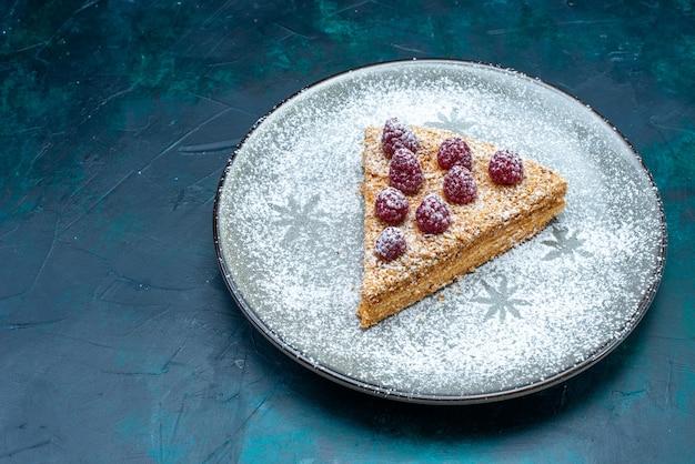 Вид сверху на вкусный кусочек торта с фруктами и сахарной пудрой на темной поверхности
