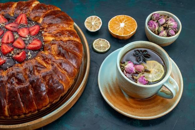 Вид сверху на вкусный клубничный пирог, запеченный вкусный торт с чашкой чая