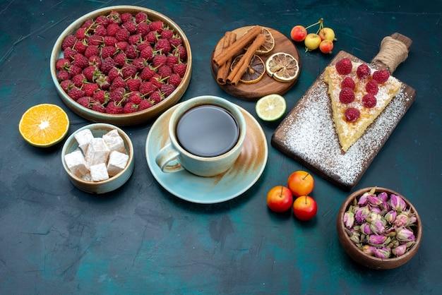 Parte superiore vista fetta di torta dolce al forno con lamponi e tè sulla scrivania scura berry zucchero torta torta cuocere biscotto